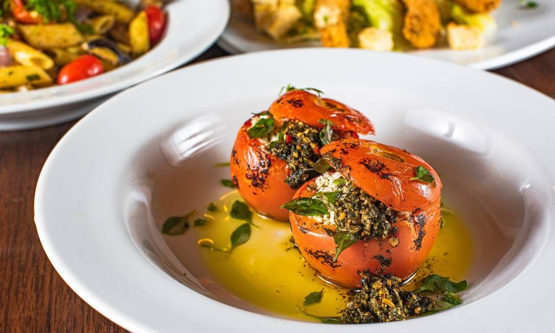 Ingredientes e modo de preparo da salada Caprese rende 1 porção Foto: Alex Woloch / Divulgação