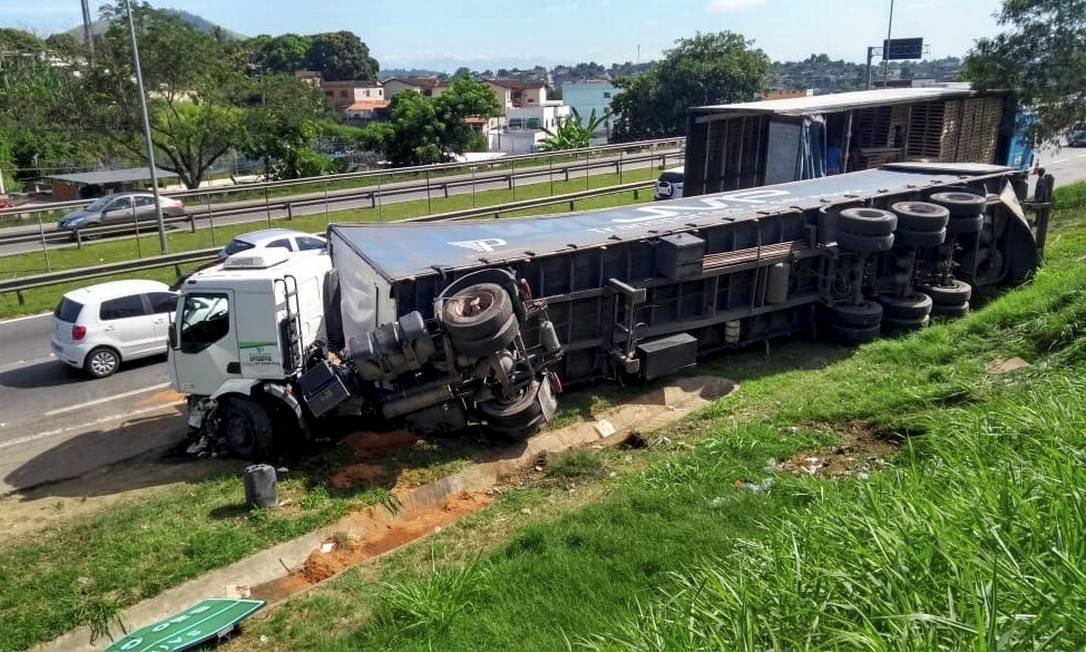 Trecho de risco: caminhão tombado e com marcas de tiros após ser alvo de ladrões na Niterói-Manilha, em São Gonçalo Foto: Gustavo Goulart / Agência O Globo
