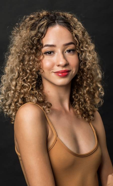 A bailarina Tayna Holanda, nascida em Duque de Caxias, está entre os formados em 2019 pela escola do Balé Bolshoi, em Joinville (SC) Foto: Divulgação /