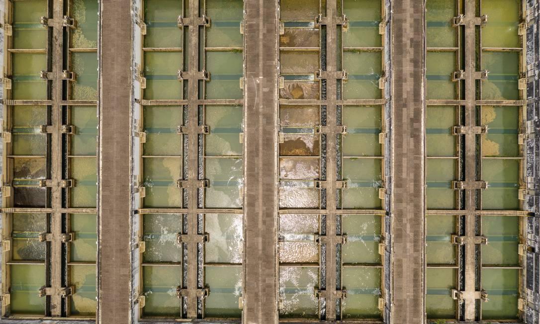 Estação de Tratamento do Guandu, da Cedae: Polícia Civil investiga possíveis responsáveis por presença de substância geosmina na água que chega às casas do Rio Foto: Brenno Carvalho / Agência O Globo