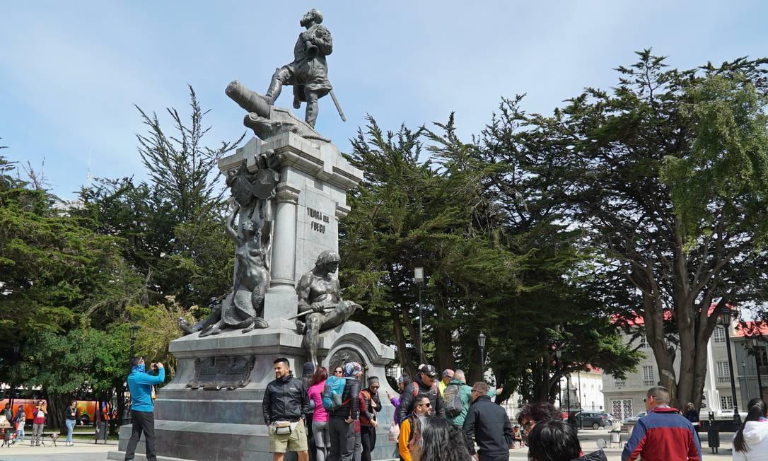 Turistas vistos na Plaza das Armas, em Punta Arenas. População quer mudança no nome do local, que tem monumento com índio subjugado a branco europeu Foto: Élcio Braga