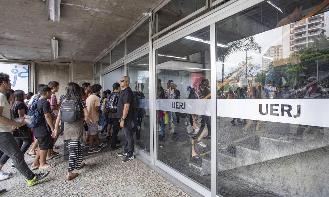 Estudantes chegam para fazer a prova do Enem na Uerj, no Rio Foto: Ana Branco / Agência O Globo