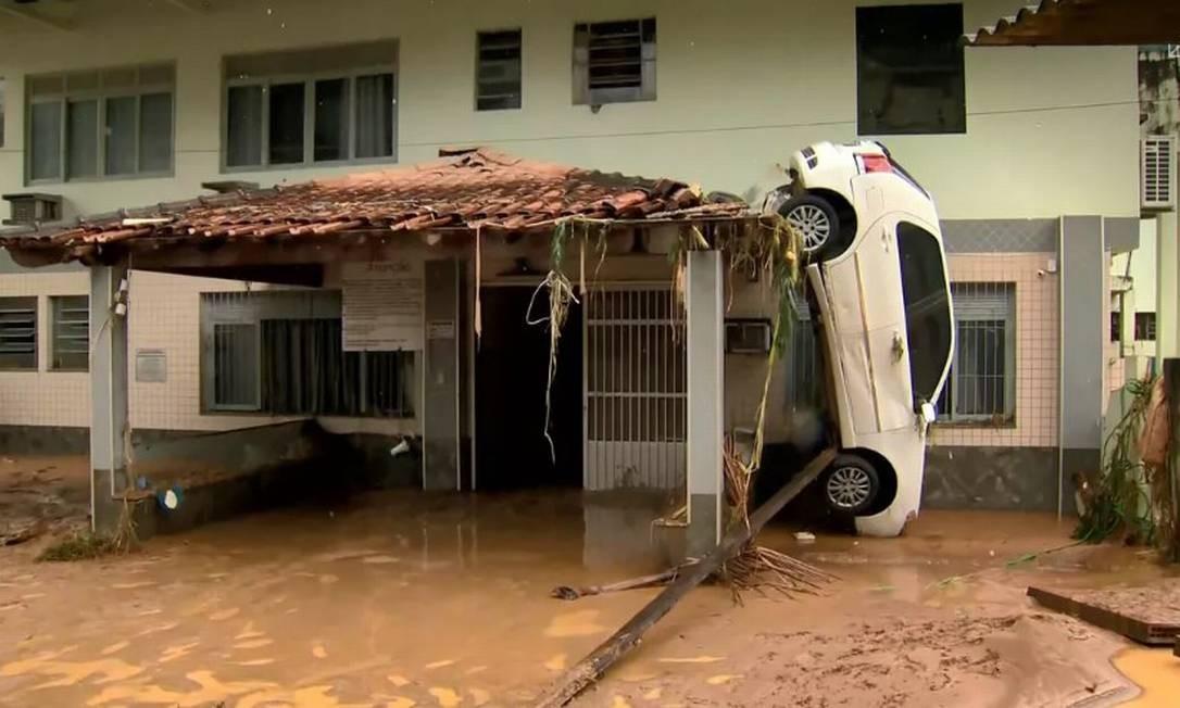 Carro foi levado pela forte enxurrada durante temporal Foto: Reprodução / TV Gazeta