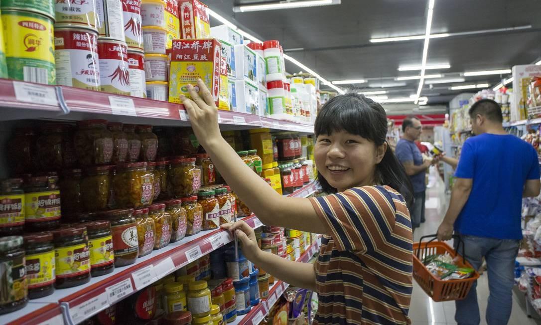 """Maior visibilidade:Luo Xiaoting, jovem chinesa de 22 anos que estuda química no Brasil e trabalha num mercado chinês no Centro de São Paulo, vê hoje um orgulho maior de toda a comunidade no país: """"As pessoas aqui estão nos reconhecendo"""" Foto: Edilson Dantas / Agência O Globo"""