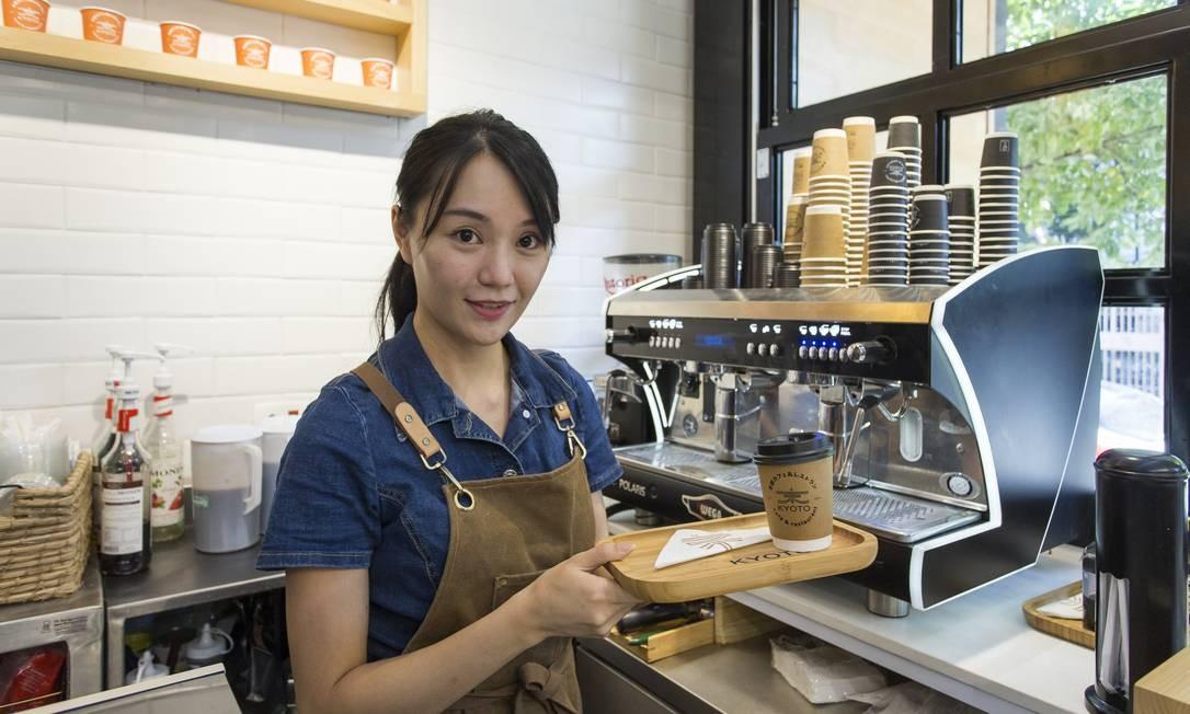 """Po Lai (Polly) Tam, de 29 anos, veio para São Paulo há dez meses de Hong Kong com dinheiro para investir e decidiu abrir uma cafeteria: """"Aqui se ganha mais e se trabalha menos"""" , diz a empresária, que sonha viver entre os dois países Foto: Edilson Dantas / Agência O Globo"""