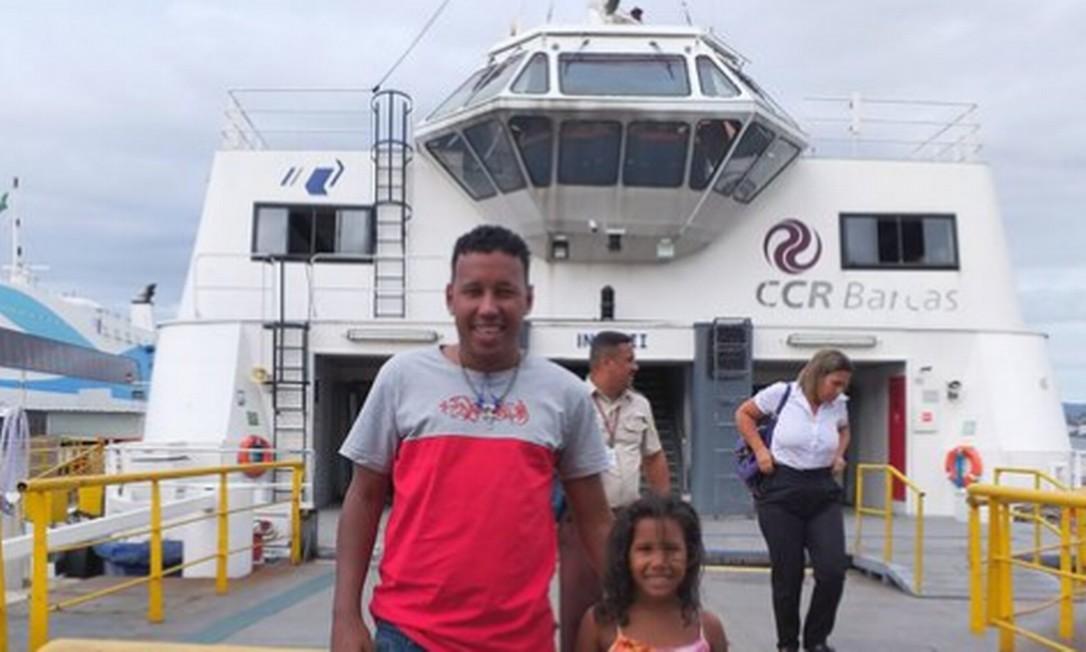 Jefferson com a filha Nicoly na barca do trajeto Praça XV-Praça Araribóia Foto: Twitter (@jeffocebolinha) / Reprodução