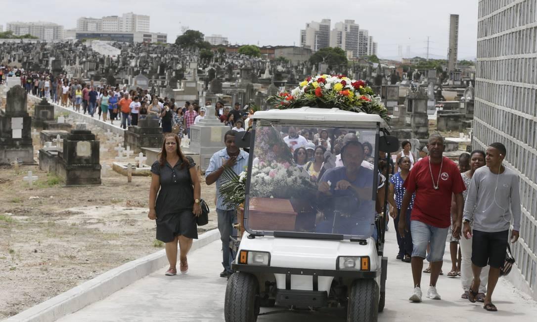 Sepultamento aconteceu no Cemitério de Inhaúma Foto: Custódio Coimbra / Agência O Globo