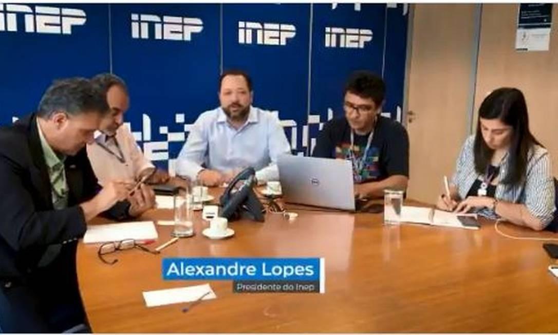 Alexandre Lopes (ao centro), presidente do Inep, postou vídeo no Twitter na manhã deste domingo para avisar que a revisão das notas do Enem será concluída até amanhça Foto: Reprodução