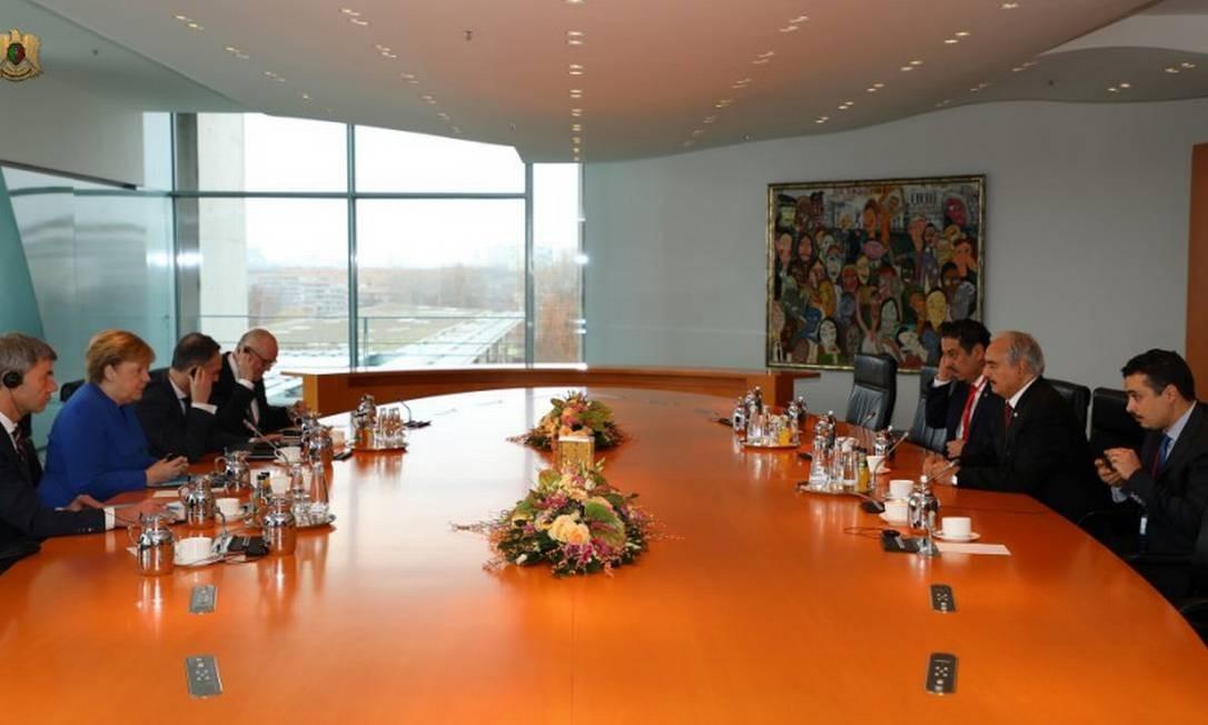 A chanceler alemã, Angela Merkel, se encontra com o comandante líbio Khalifa Haftar antes do encontro em Berlim Foto: LIBYAN NATIONAL ARMY / REUTERS