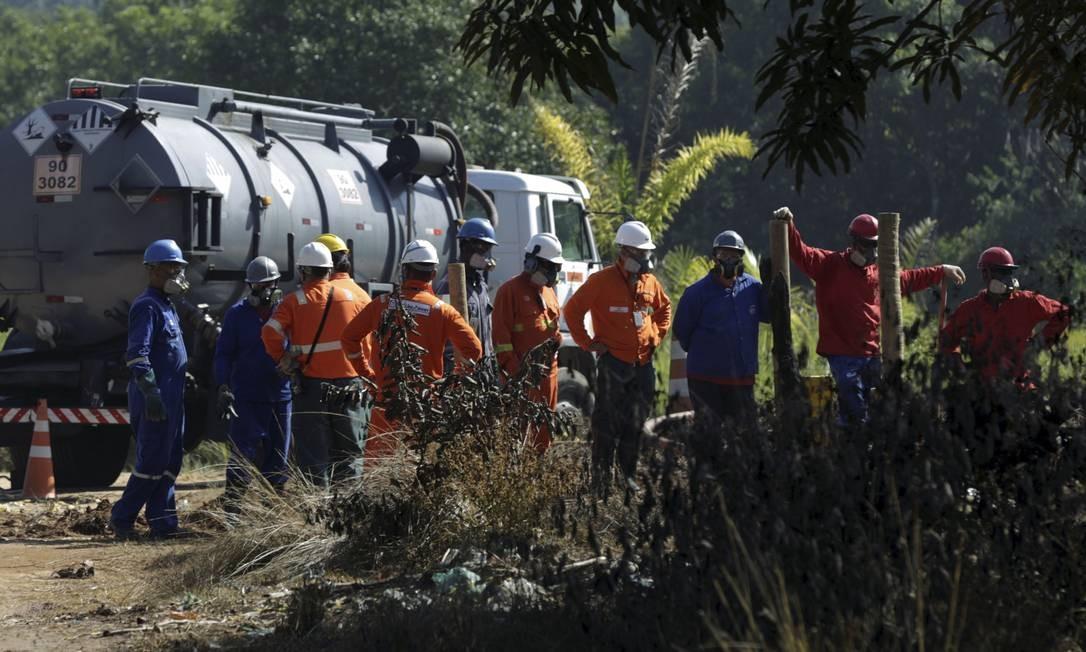 Funcionários da Petrobras trabalham no conserto de duto danificado por ladrões de combustíveis num bairro de Duque de Caxias: vazamento criminoso em abril de 2019 matou uma criança Foto: Gabriel de Paiva / Gabriel de Paiva/27-4-2019