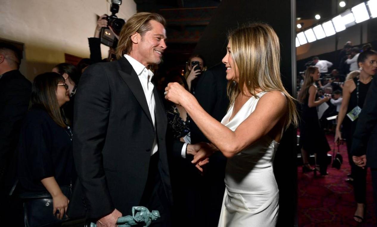 O encontro que todo mundo esperava! Jennifer Aniston e Brad Pitt se cruzaram nos bastidores do SAG Awards, na noite do último domingo (19) e comemoraram juntos os prêmios que receberam Foto: Emma McIntyre / Getty Images for Turner