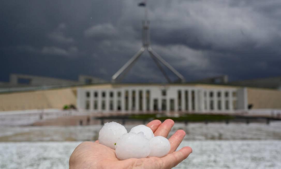 Bolas de granizo tomaram os jardins do Parlamento australiano em Camberra nesta segunda (20) Foto: Rohan Thomson / Getty Images
