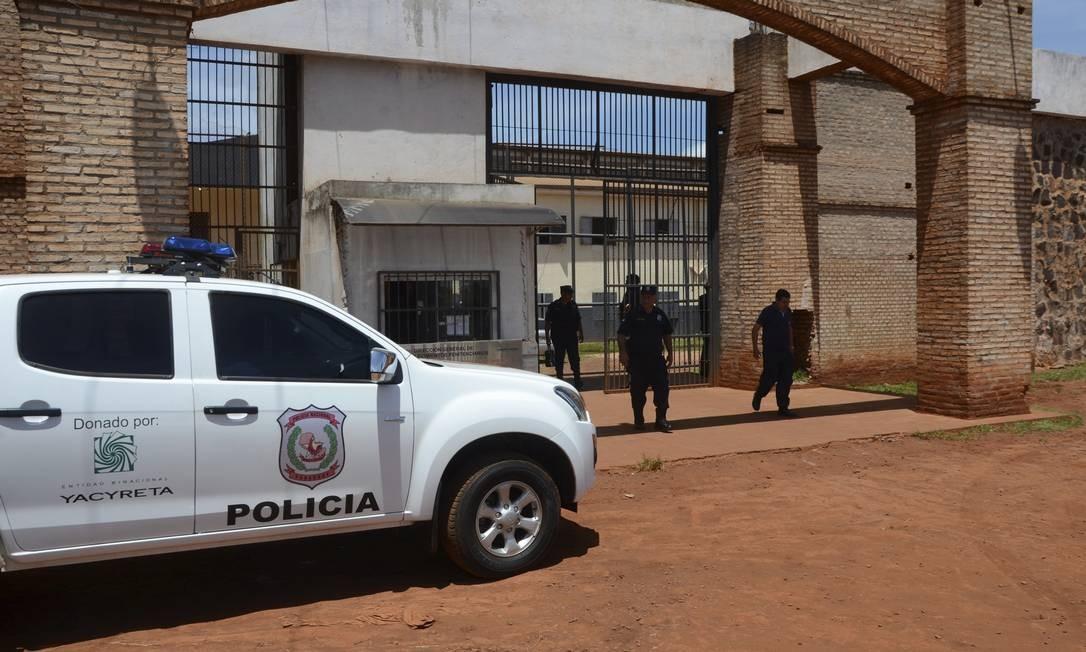 Agentes de segurança se reúnem em frente à Penitenciária Regional de Pedro Juan Caballero, de onde 75 presos fugiram no domingo Foto: Marciano Candia / Associated Press