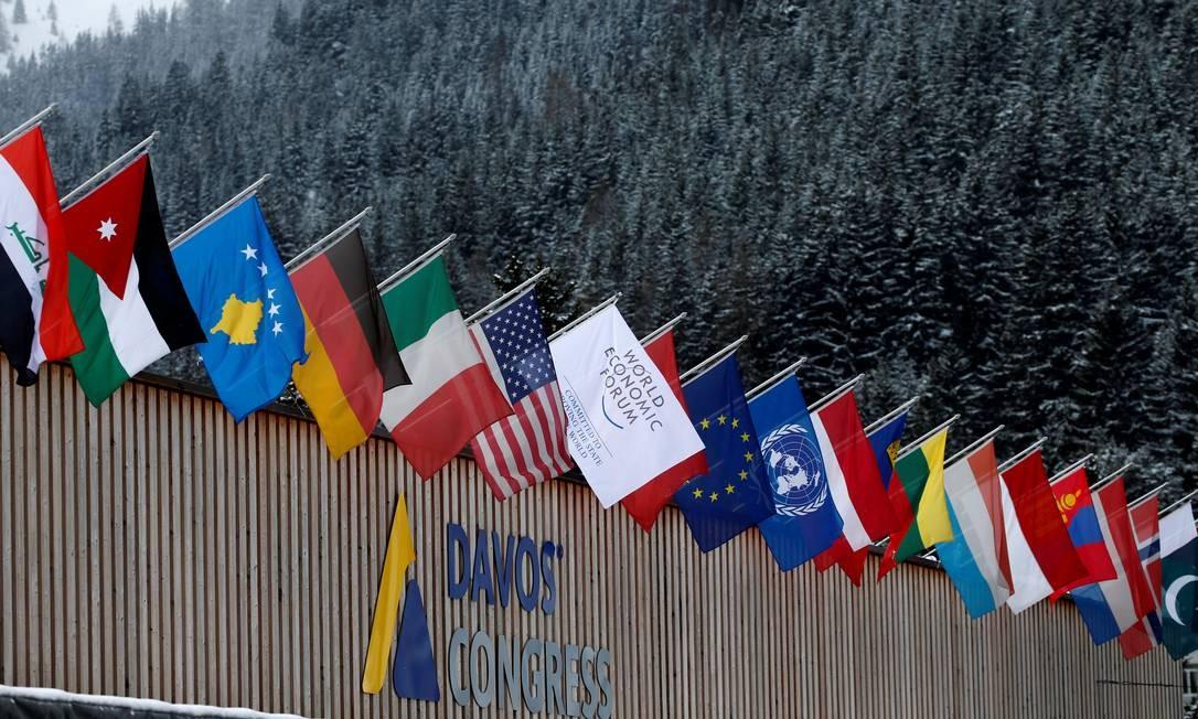As bandeiras dos países que participarão do Fórum Econômico Mundial em Davos, nos Alpes Suíços Foto: DENIS BALIBOUSE / REUTERS