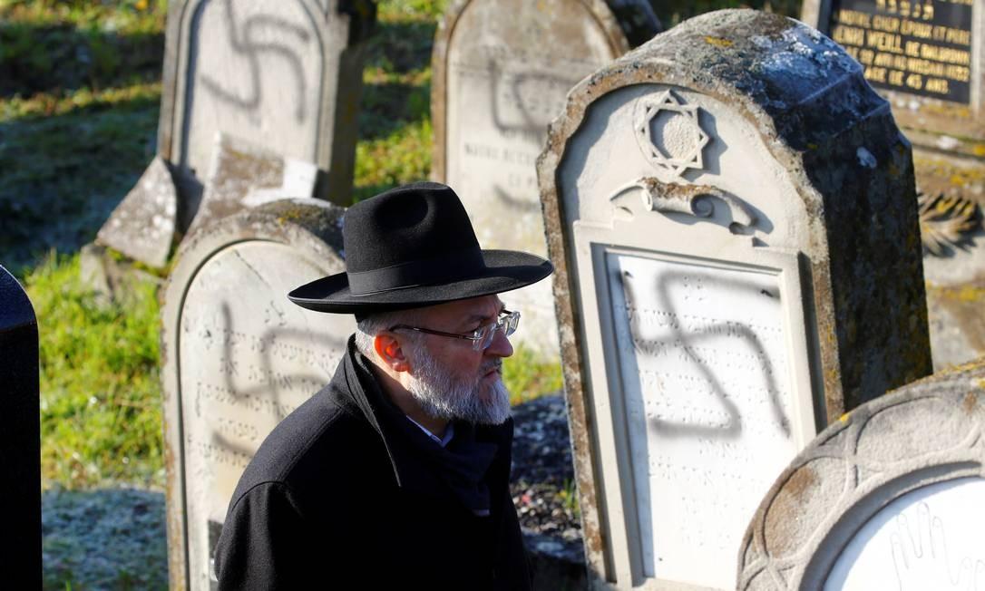 Túmulos de cemitério judeu na França foram vandalizados com suásticas, símbolo do Nazismo, em dezembro Foto: Arnd Wiegmann / REUTERS