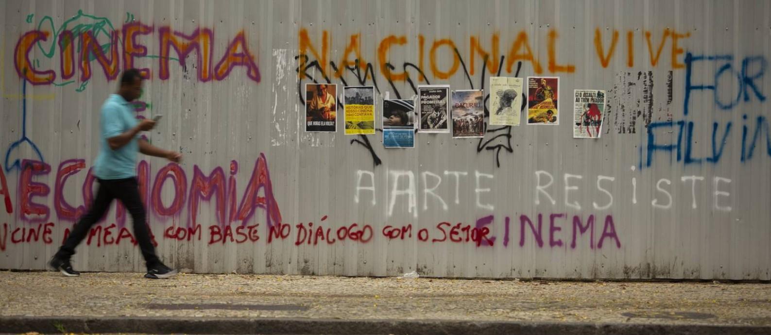 Cartazes des filmes brasileiro em protesto na frente da sede da Ancine, no centro do Rio Foto: Gabriel Monteiro / Agência O Globo