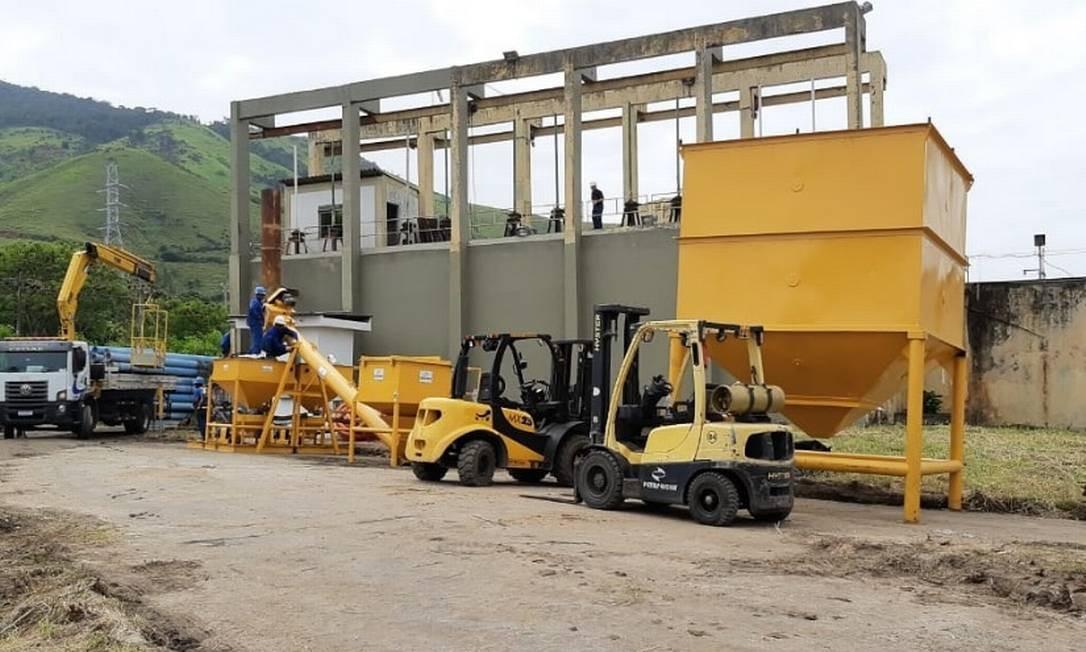 Cedae faz a montagem de equipamento que fará o tratamento da água com carvão ativado Foto: Divulgação