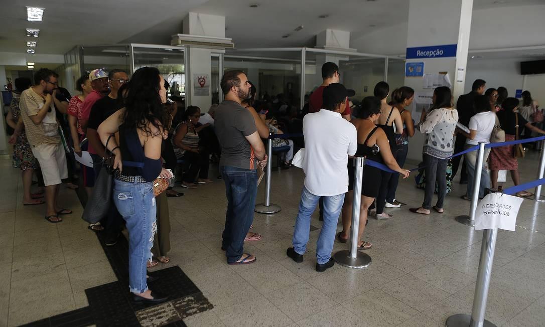 Pessoas aguardam atendimento em agência do INSS em Brasília Foto: Jorge William / Agência O Globo