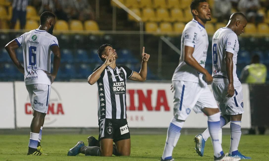 Pedro Raul ajoelha após marcar seu primeiro gol pelo Botafogo Foto: Vitor Silva/Botafogo