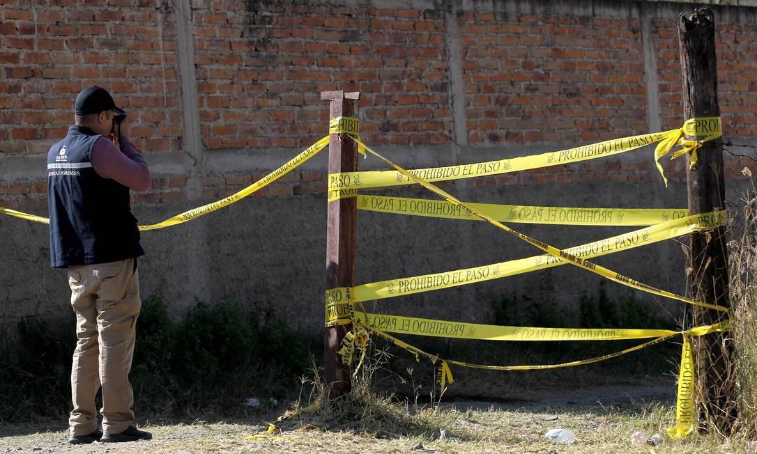 Agente do Instituto Forense de Jalisco trabalha no local onde foi encontrado um cemitério clandestino em El Mirador Foto: ULISES RUIZ / AFP/13-01-2020