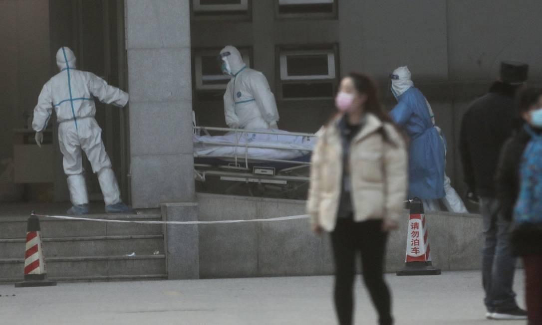 Equipe médica transfere um paciente no hospital Jinyintan, onde estão sendo tratados pacientes com pneumonia causada pelo coronavírus, em Wuhan, na China Foto: DARLEY SHEN / REUTERS