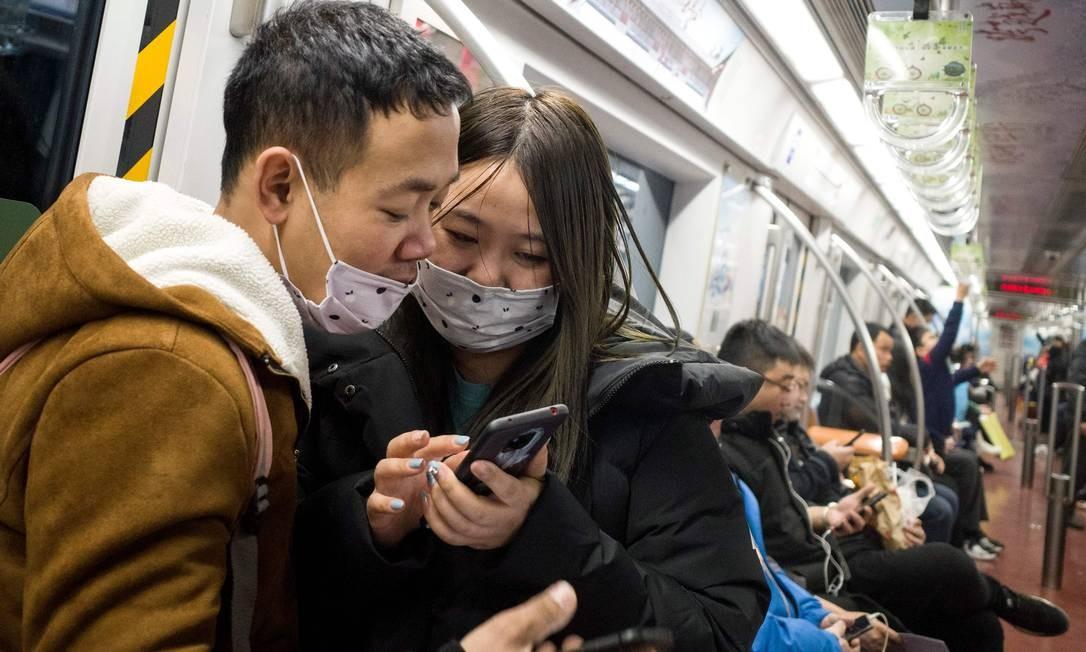 Passageiros do metrô usam máscaras protetoras em Pequim. Autoridades confirmaram que o novo vírus misterioso pode se espalhar entre humanos e disseram que 15 pessoas de equipes de saúde já foram infectadas Foto: NOEL CELIS / AFP
