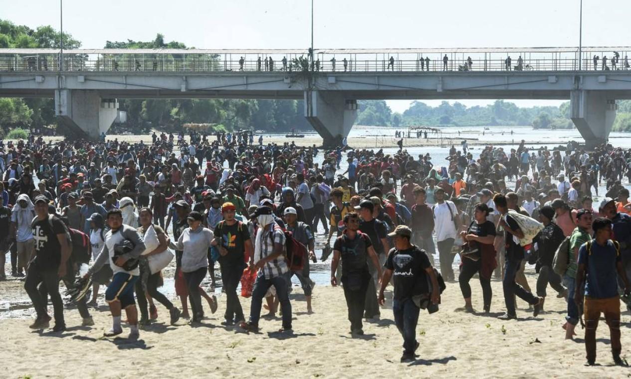 Imigrantes da América Central cruzam o rio Suichate, na fronteira entre Guatemala e México Foto: ISAAC GUZMAN / AFP