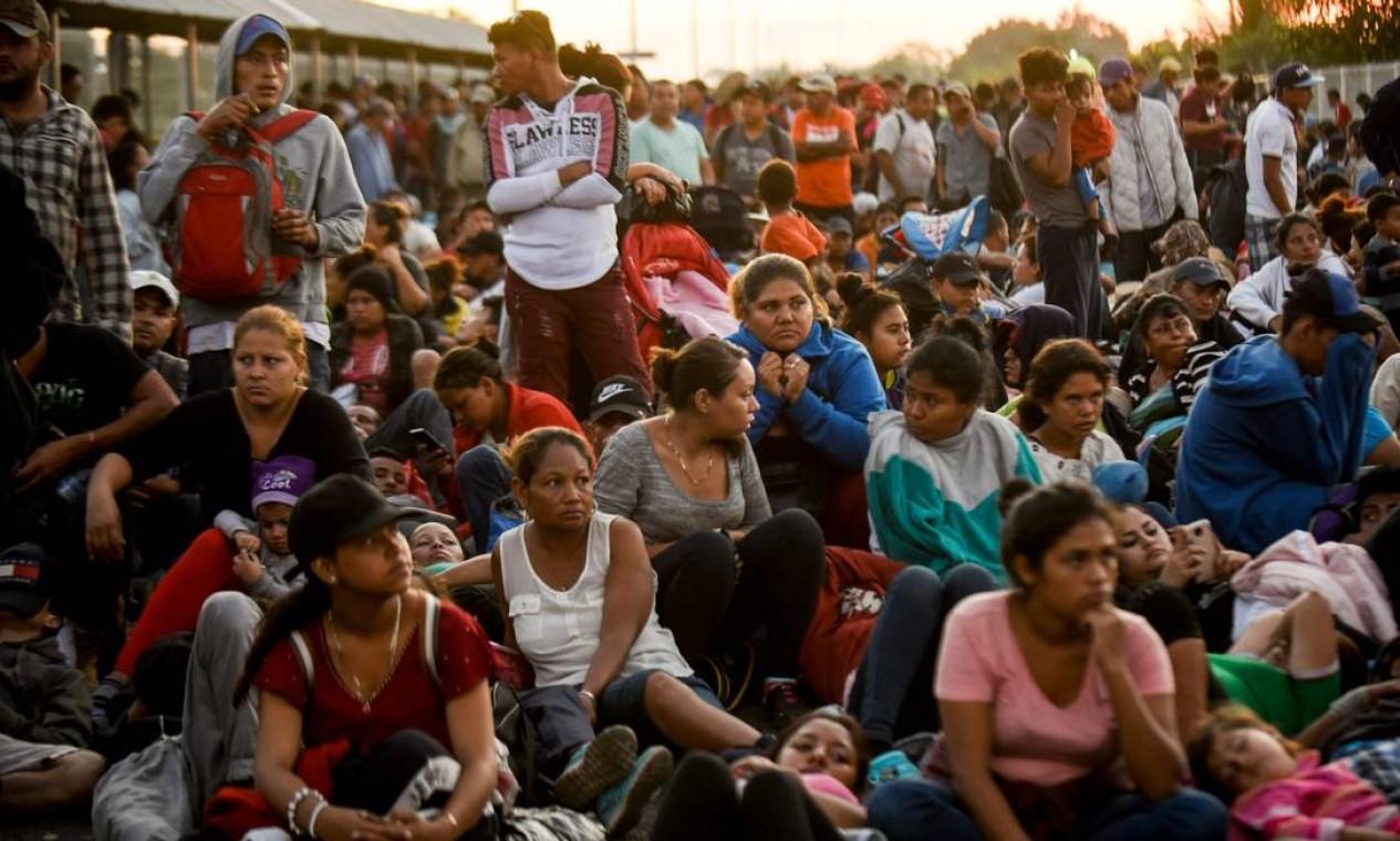Grupo de imigrantes acampam na ponte internacional que liga a Guatemala ao México, em 20 de janeiro Foto: JOHAN ORDONEZ / AFP
