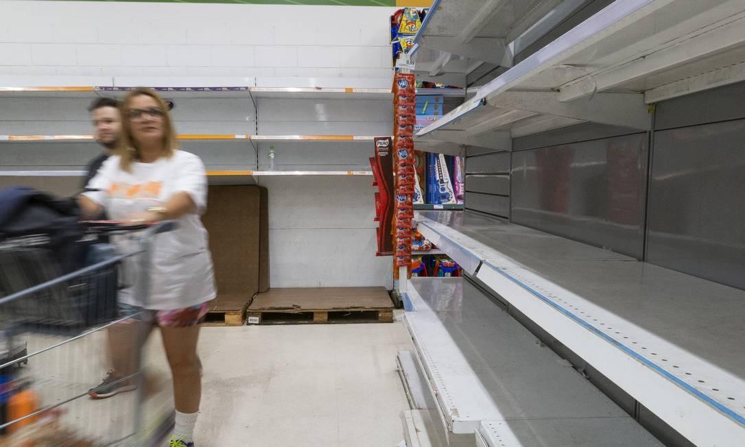Prateleiras vazias em um supermercado no dia 14 de janeiro: com crise da água, cariocas e fluminenses têm recorrido à água mineral Foto: GABRIEL MONTEIRO / Agência O Globo