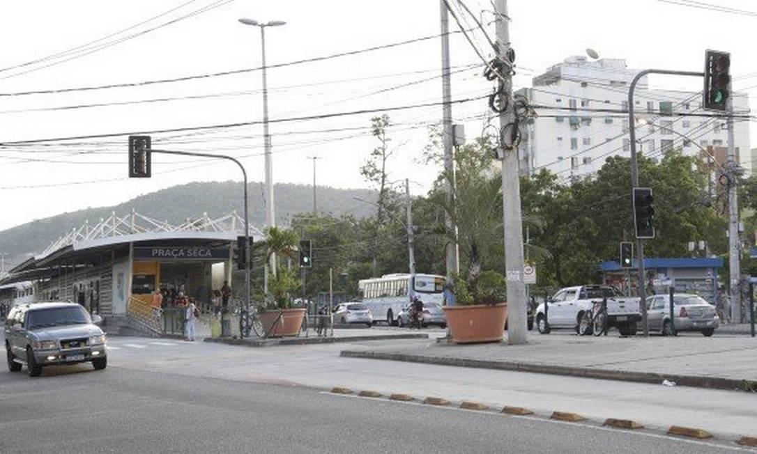 Milícia lucra com venda de água mineral na Praça Seca Foto: Marcos Ramos/ Agência O Globo 05/04/2019
