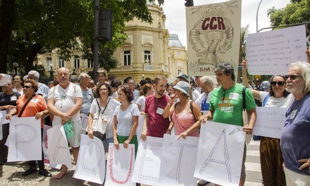 Moradores fizeram protesto em frente ao Palácio Guanabara nesta terça-feira Foto: Agência O Globo