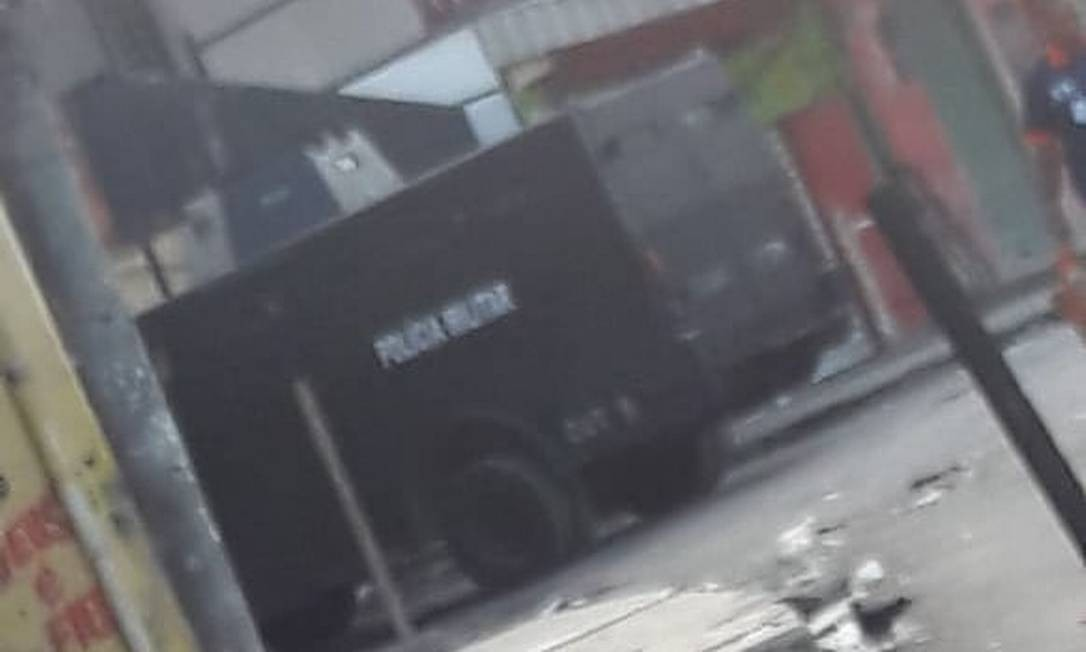 Um blindado circulando na Vila Cruzeiro Foto: Vila Cruzeiro - RJ / Reprodução do Facebook