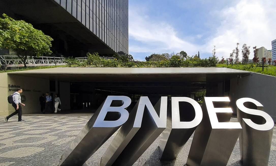 Letreiro na entrada da sede do BNDES, no Centro do Rio Foto: Leo Martins / Agência O Globo