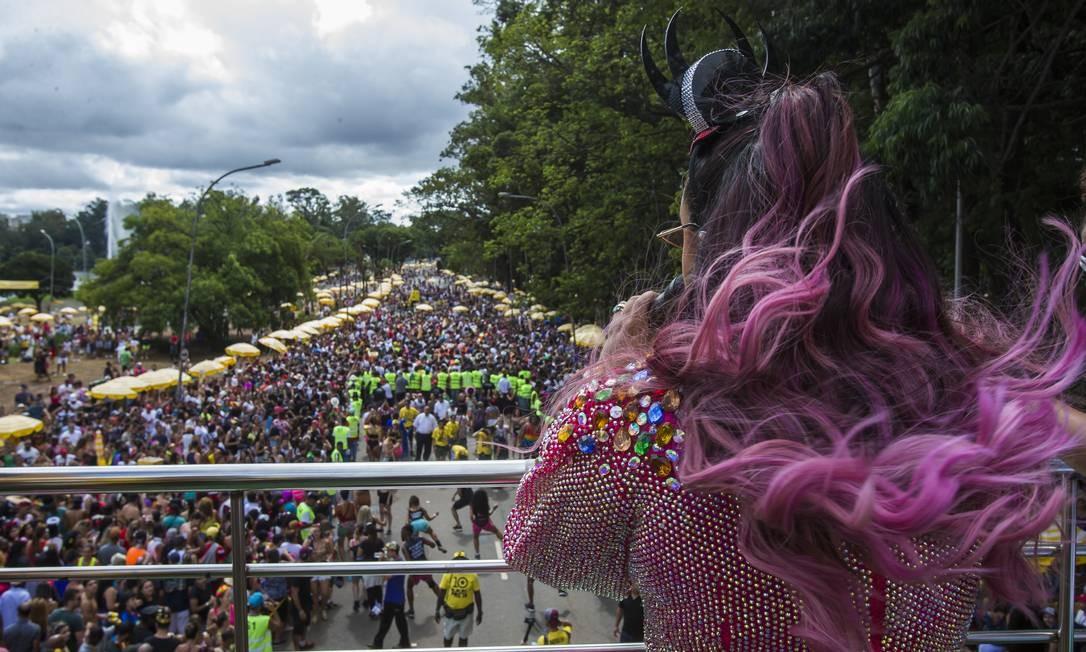 No alto do trio elétrico, a cantora Preta Gil anima seu bloco no Ibirapuera em 10/03/2019 Foto: Edilson Dantas / Agência O Globo