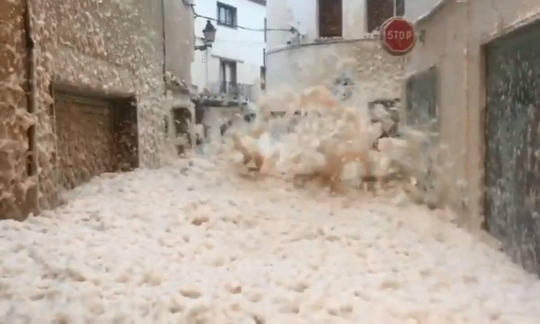 Tempestade Gloria atingiu formou corredor de espuma em balneário da Espanha Foto: Reprodução