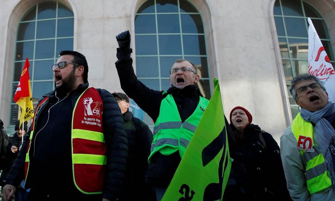 Membros de sindicatos e trabalhadores continuam protestando nas ruas contra reforma da Previdência do presidente Emmanuel Macron Foto: Gonzalo Fuentes / REUTERS/20-01-2020