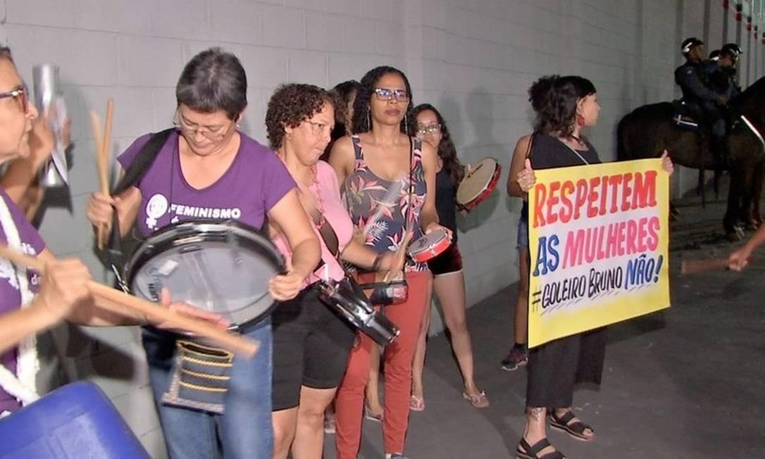 Gupo de mulheres protestou com cartazes em frente ao Estádio Dito Souza, em Várzea Grande Foto: TVCA/Reprodução