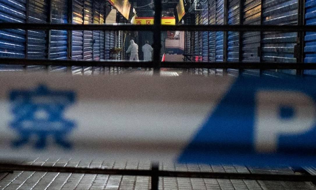 Centro chinês de controle e prevenção de doenças interditou acesso ao mercado Foto: NOEL CELIS / AFP