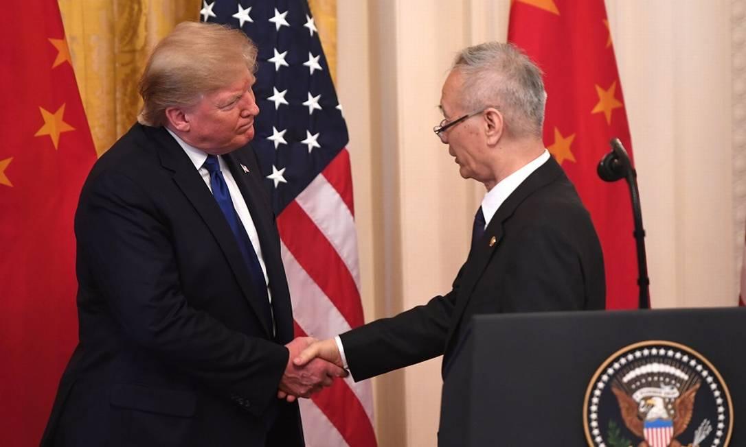 O presidente americano, Donald Trump, e o vice-premier chinês, Liu He, fecham o acordo EUA-China. Foto: SAUL LOEB / AFP
