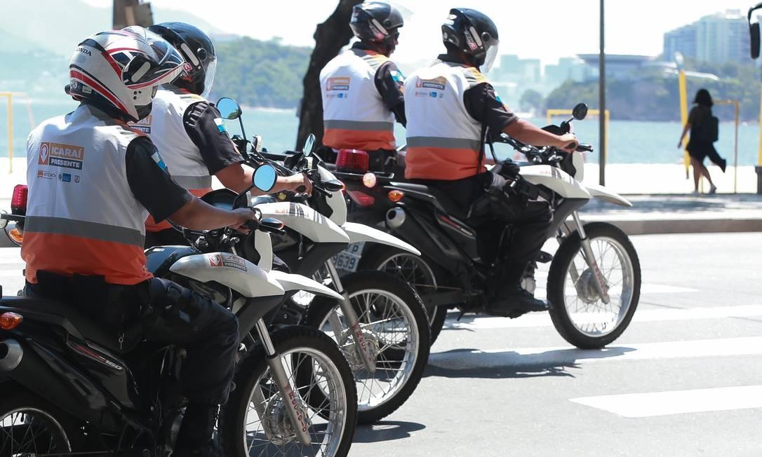 Agentes do Niterói Presente em patrulhamento na orla de Icaraí: região teve redução de 45% no número de roubos em 2019 Foto: Marcelo Régua / 28-11-2018 / O Globo