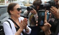 A atriz chegou na capital por volta das 12h Foto: Jorge William / Agência O Globo