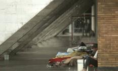 Abrigo. Moradores em situação de rua ocupam a lateral do Museu de Arte Moderna, no Aterro Foto: Gabriel de Paiva / Agência O Globo