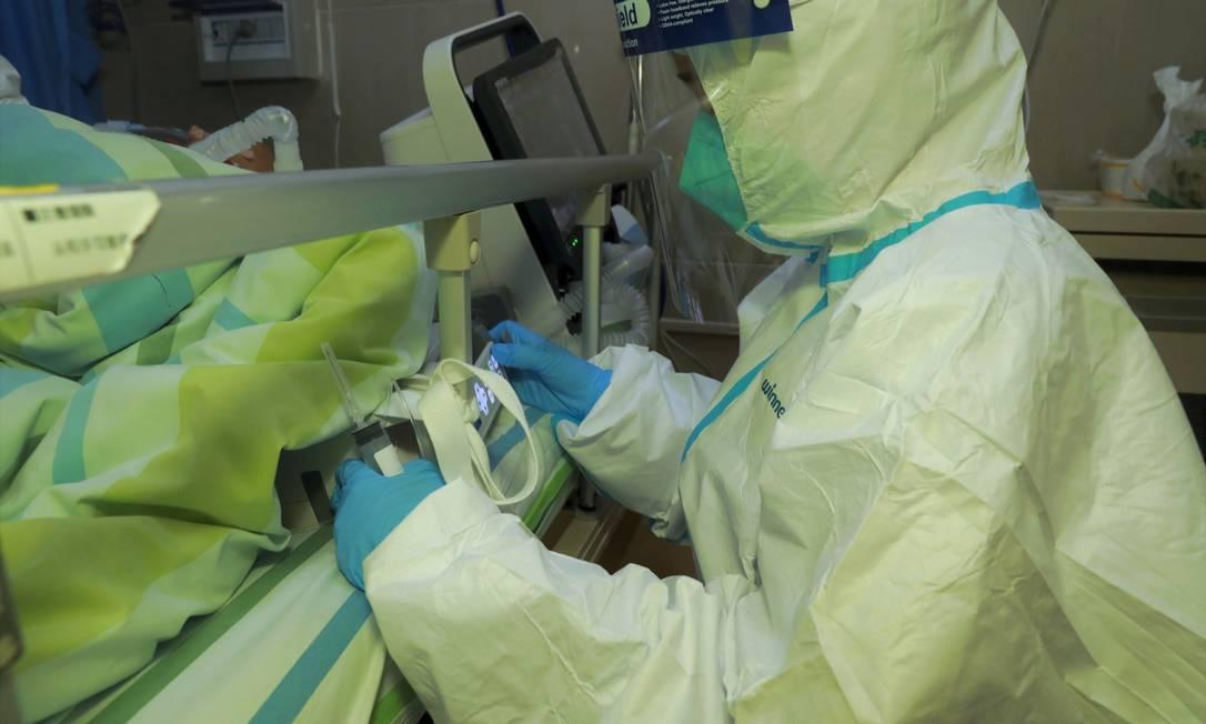 Médico observa paciente com pneumonia causada por coronavírus no hospital da Universidade de Wuhan (22 jan. 2020) Foto: REUTERS