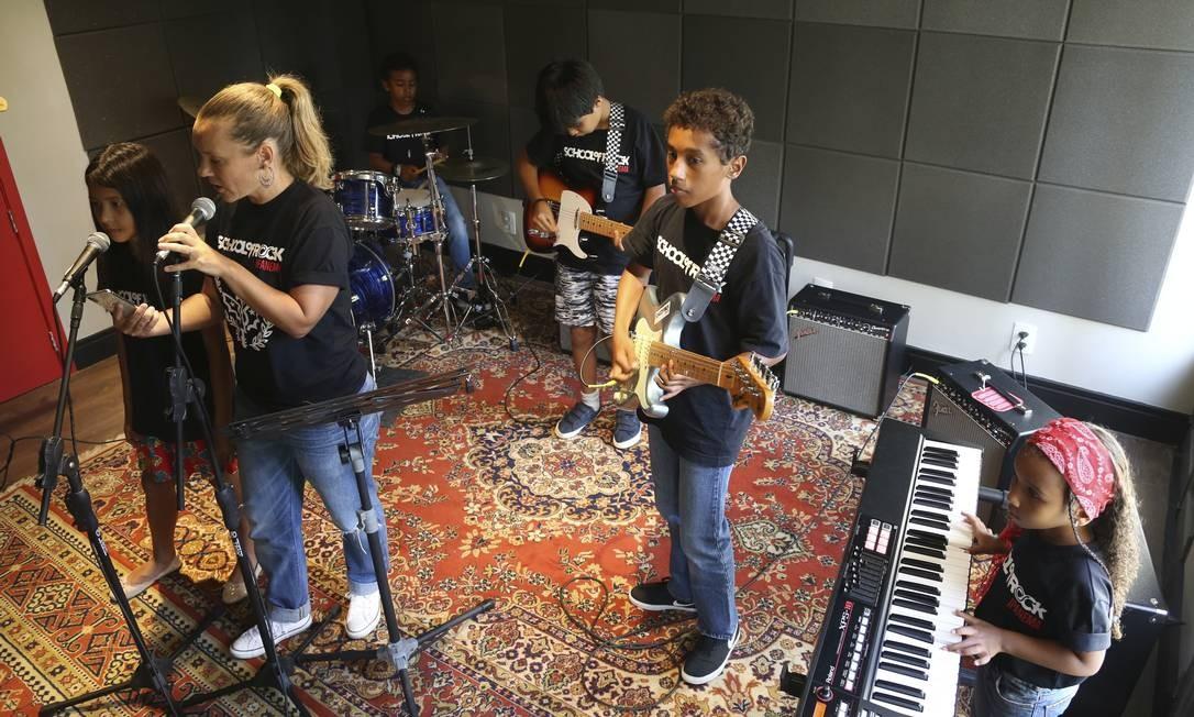 Banda. Julie Vernier no vocal; Amin, na guitarra; Nihman, na bateria; e Aliyah, no teclado Foto: Pedro Texeira / Agência O Globo
