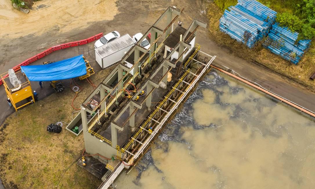 Bombas pulverizam o carvão ativado em um dos tanques da ETA, em janeiro de 2020, para combater a crise da geosmina Foto: Brenno Carvalho / Agência O Globo - 23/01/2020