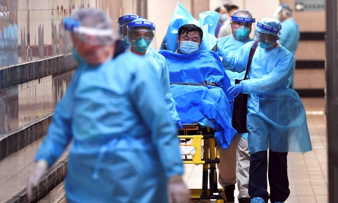 Paciente com alta suspeita de contágio pelo coronavírus é internado em hospital de Hong Kong; doença já chegou a nove países, mas ainda não no Brasil, segundo o Ministério da Saúde Foto: Stringer . / REUTERS