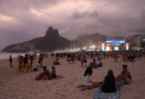 Cariocas aproveitam a noite na praia de Ipanema Foto: Marcelo Carnaval