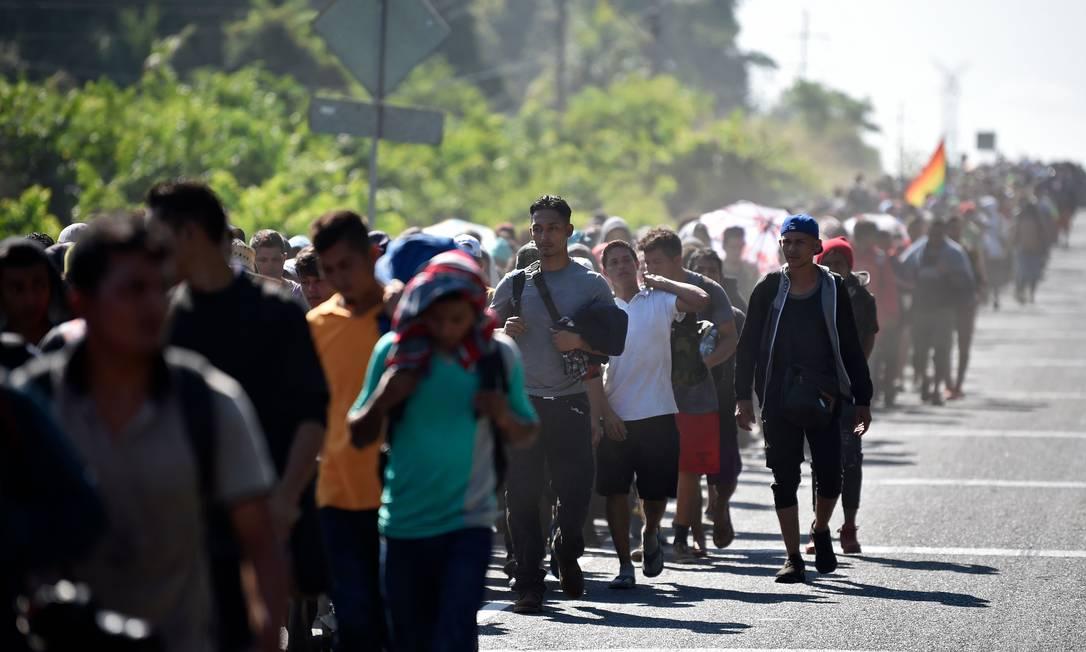Caravana de migrantes caminha por Cidade Hidalgo, no estado de Chiapas, no México Foto: ALFREDO ESTRELLA / AFP