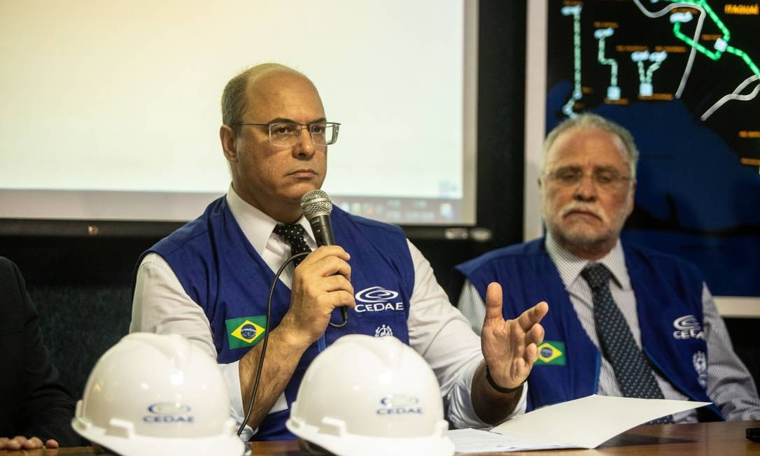 Witzel ao lado do presidente da Cedae, Hélio Cabral Foto: Brenno Carvalho / Agência O GLOBO