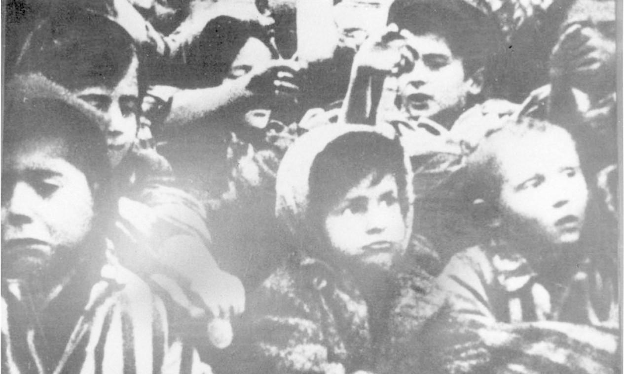Grupos de crianças também foram encontrados entre prisioneiros Foto: YAD VASHEM ARCHIVES / VIA REUTERS